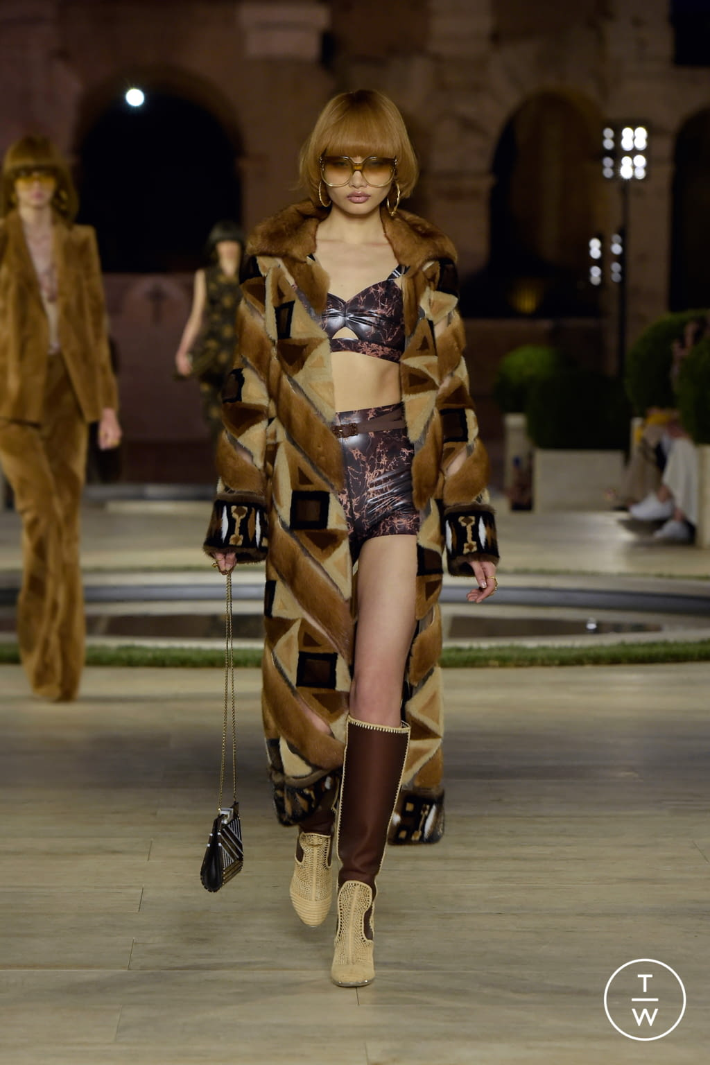Fashion Week Milan Fall/Winter 2019 look 19 from the Fendi collection couture