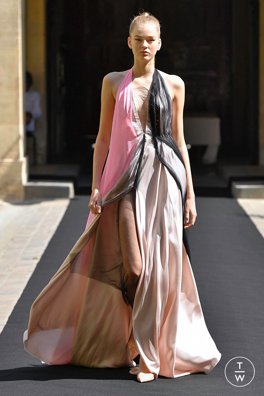 Fashion Week Paris Fall/Winter 2019 look 18 from the Aelis collection couture