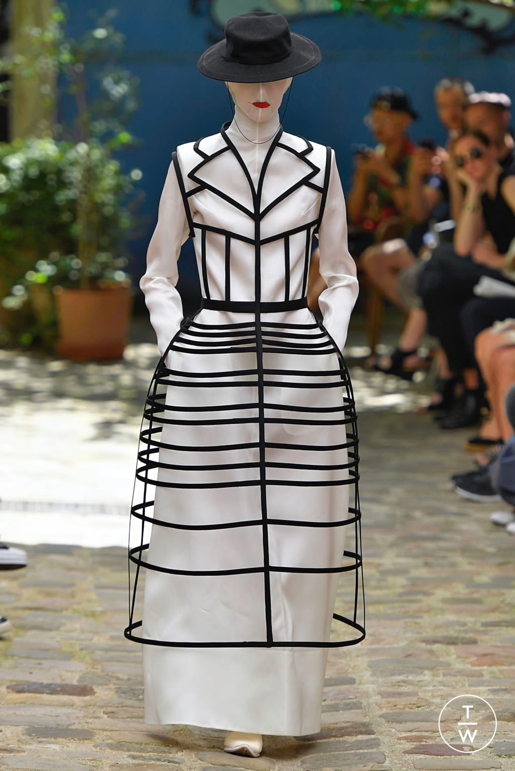 Fashion Week Paris Fall/Winter 2019 look 3 from the Aganovich collection couture