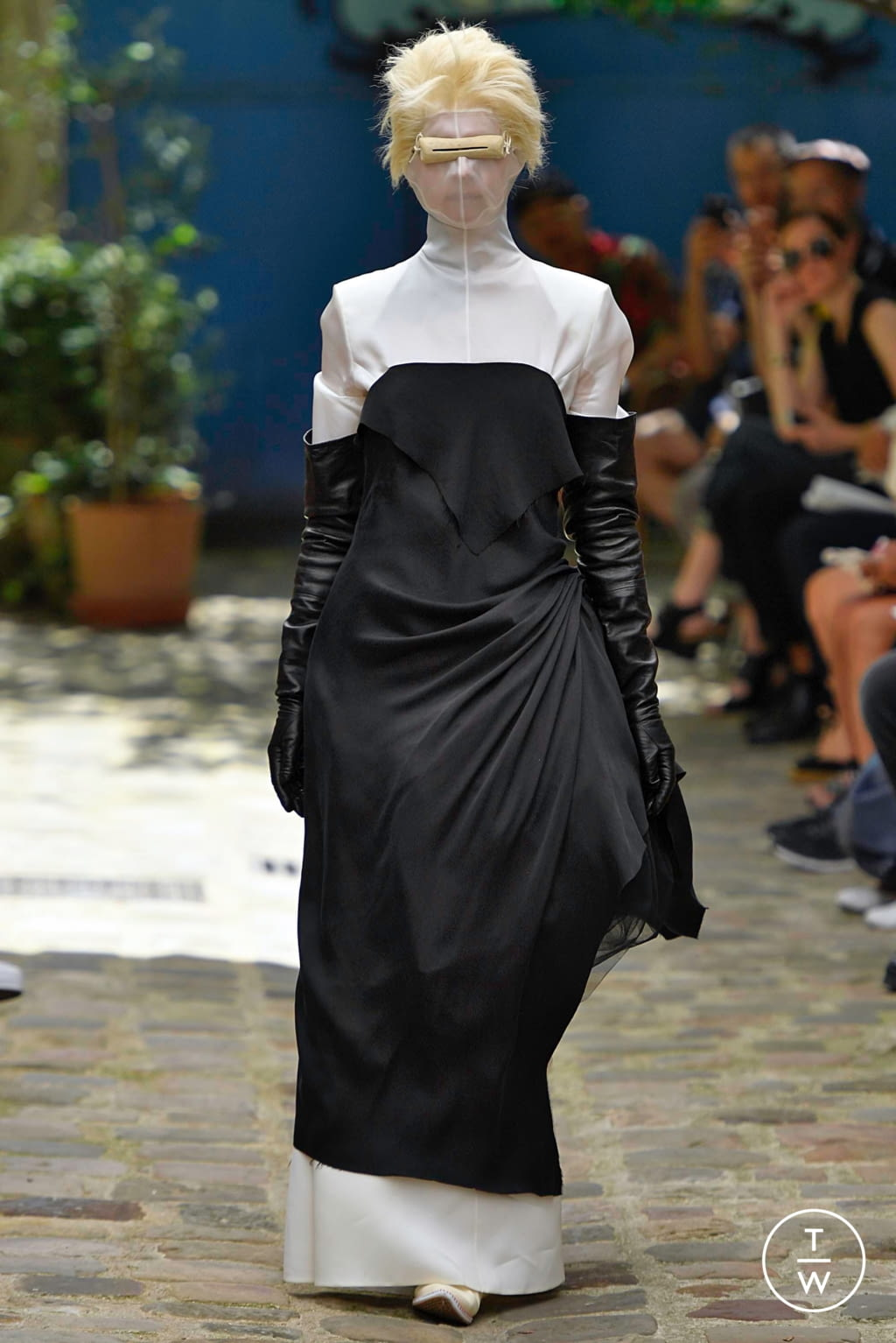 Fashion Week Paris Fall/Winter 2019 look 4 from the Aganovich collection couture