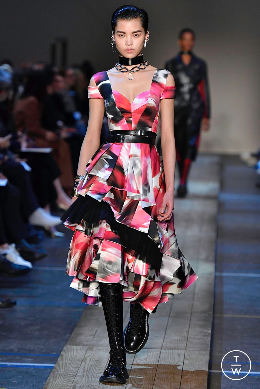 Fashion Week Paris Fall/Winter 2019 look 11 from the Alexander McQueen collection womenswear