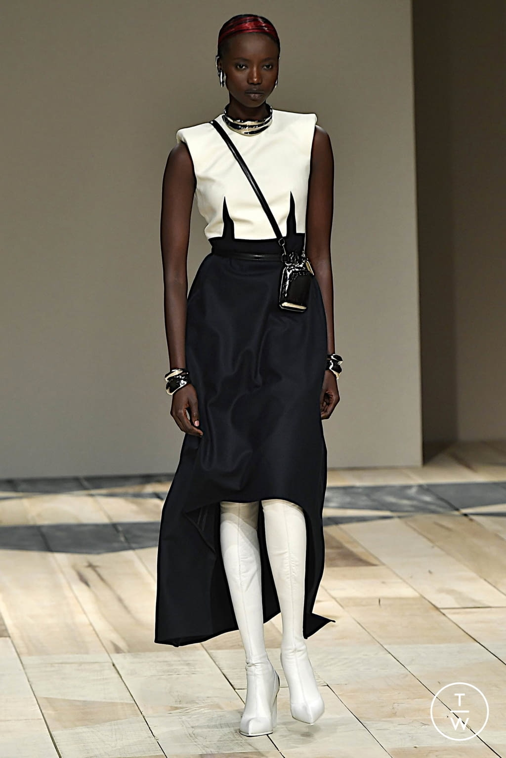Fashion Week Paris Fall/Winter 2020 look 2 from the Alexander McQueen collection womenswear