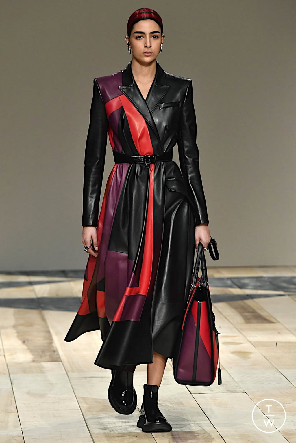 Fashion Week Paris Fall/Winter 2020 look 14 from the Alexander McQueen collection womenswear