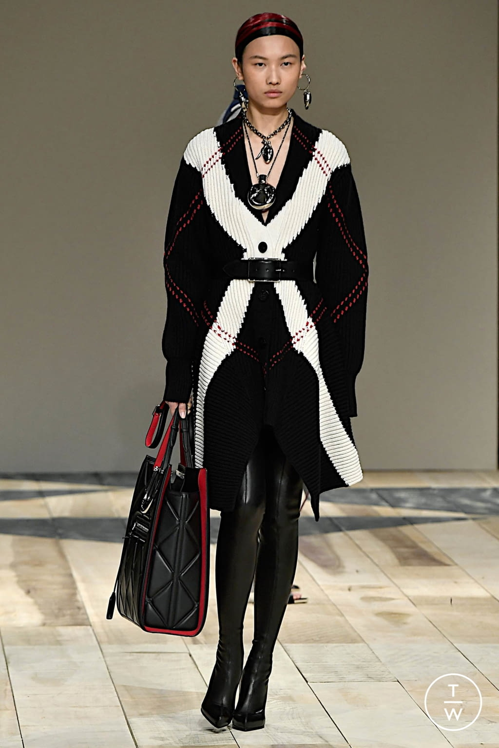 Fashion Week Paris Fall/Winter 2020 look 19 from the Alexander McQueen collection womenswear
