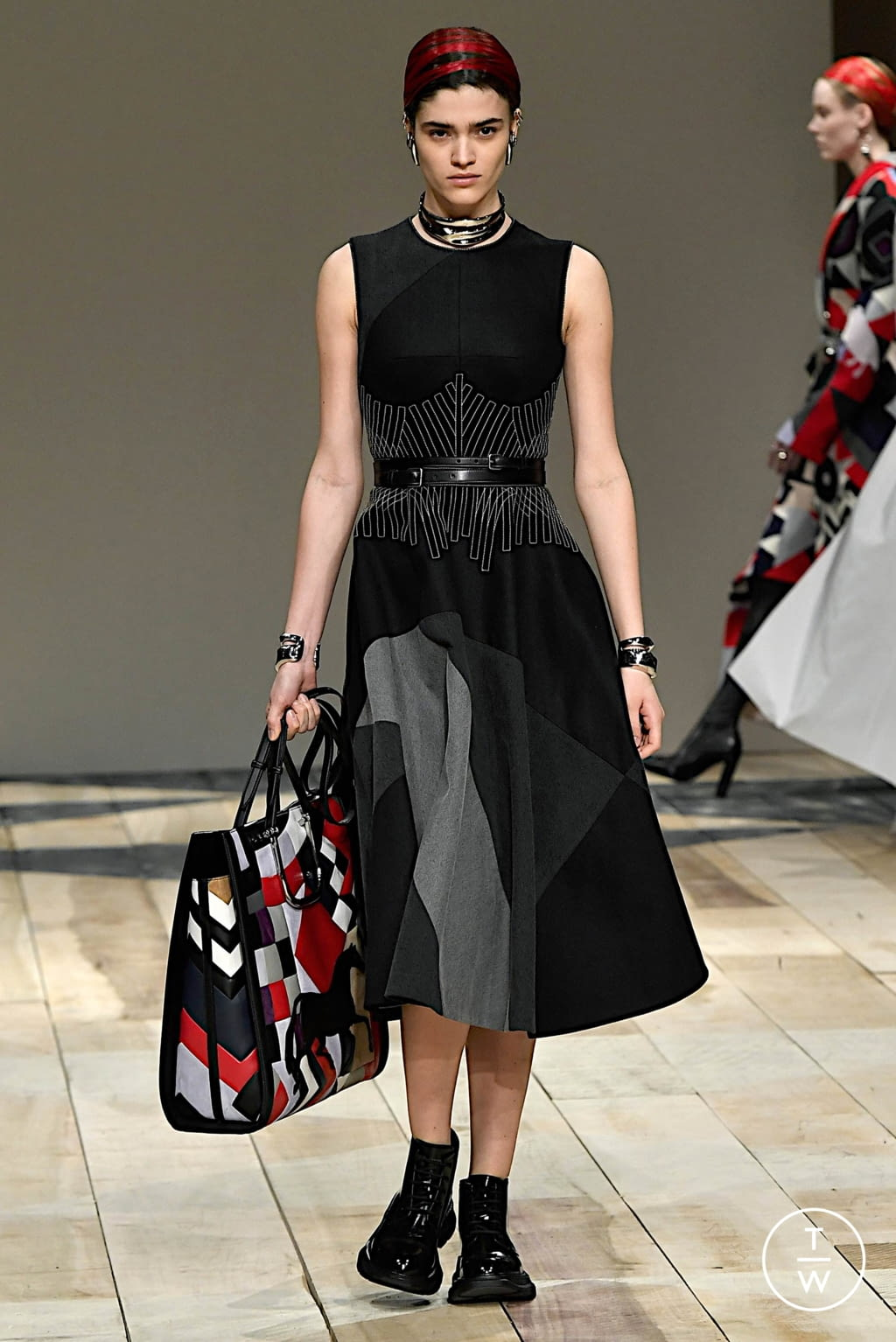 Fashion Week Paris Fall/Winter 2020 look 21 from the Alexander McQueen collection womenswear
