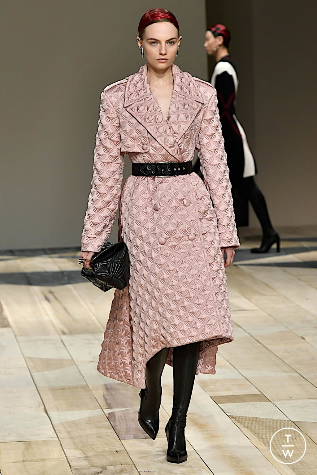 Fashion Week Paris Fall/Winter 2020 look 22 from the Alexander McQueen collection womenswear