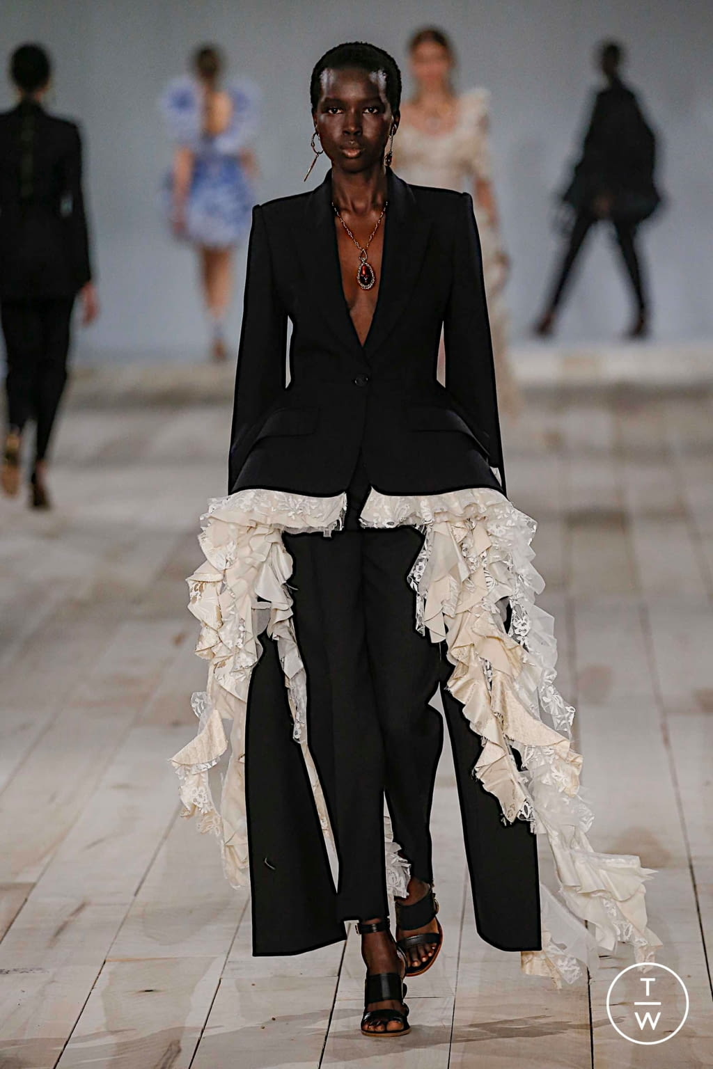 Fashion Week Paris Spring/Summer 2020 look 40 from the Alexander McQueen collection 女装