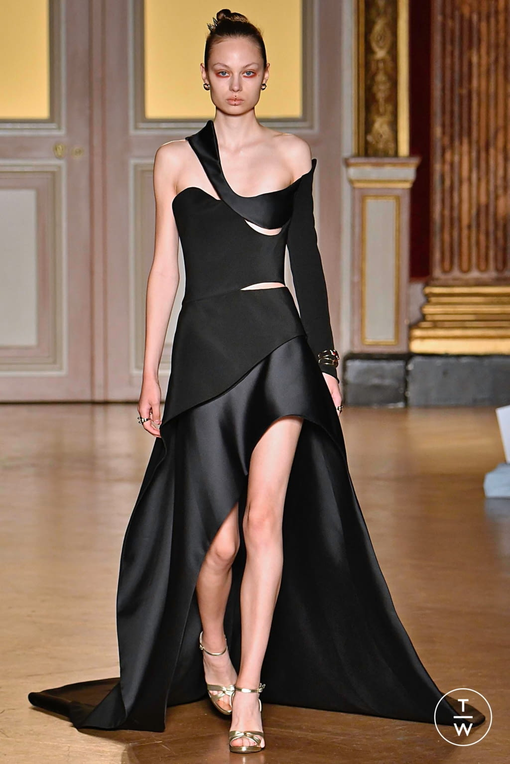Fashion Week Paris Fall/Winter 2019 look 21 from the Antonio Grimaldi collection couture