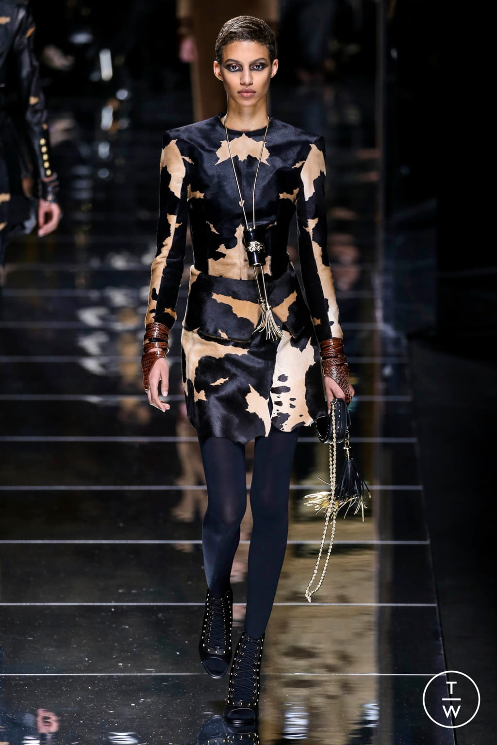 Fashion Week Paris Fall/Winter 2017 look 47 from the Balmain collection 女装