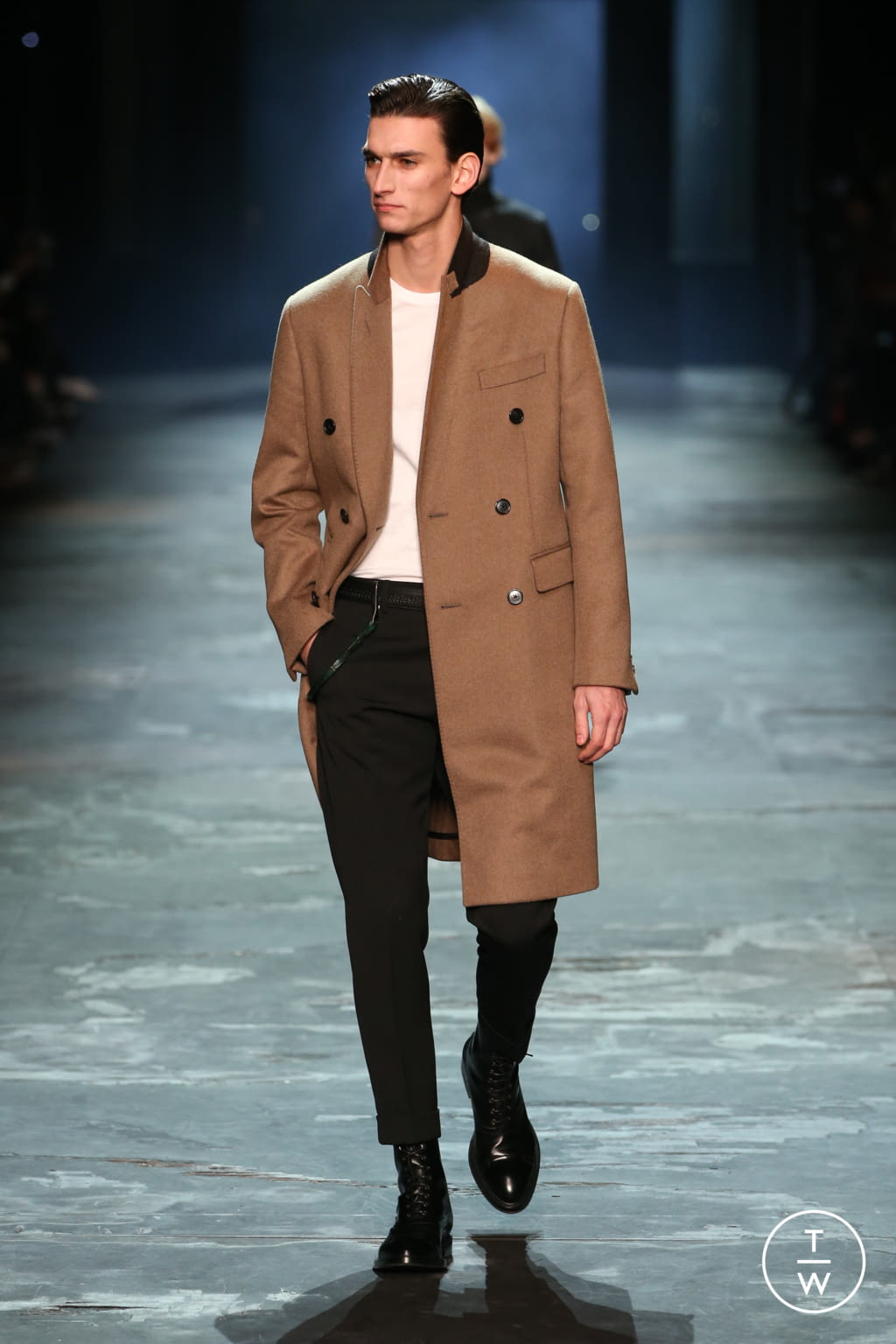 Fashion Week Paris Fall/Winter 2017 look 1 from the Berluti collection menswear
