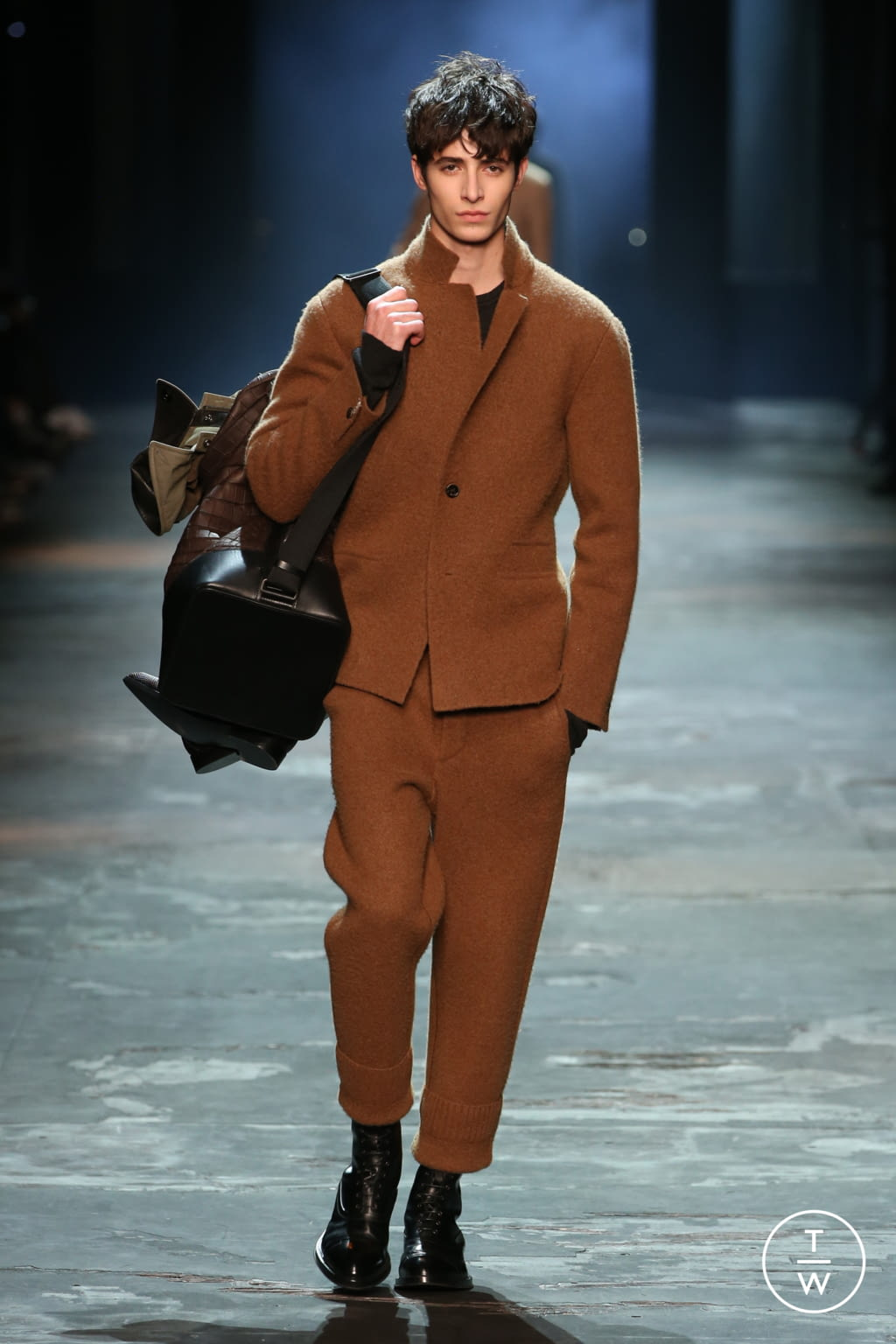 Fashion Week Paris Fall/Winter 2017 look 23 from the Berluti collection menswear
