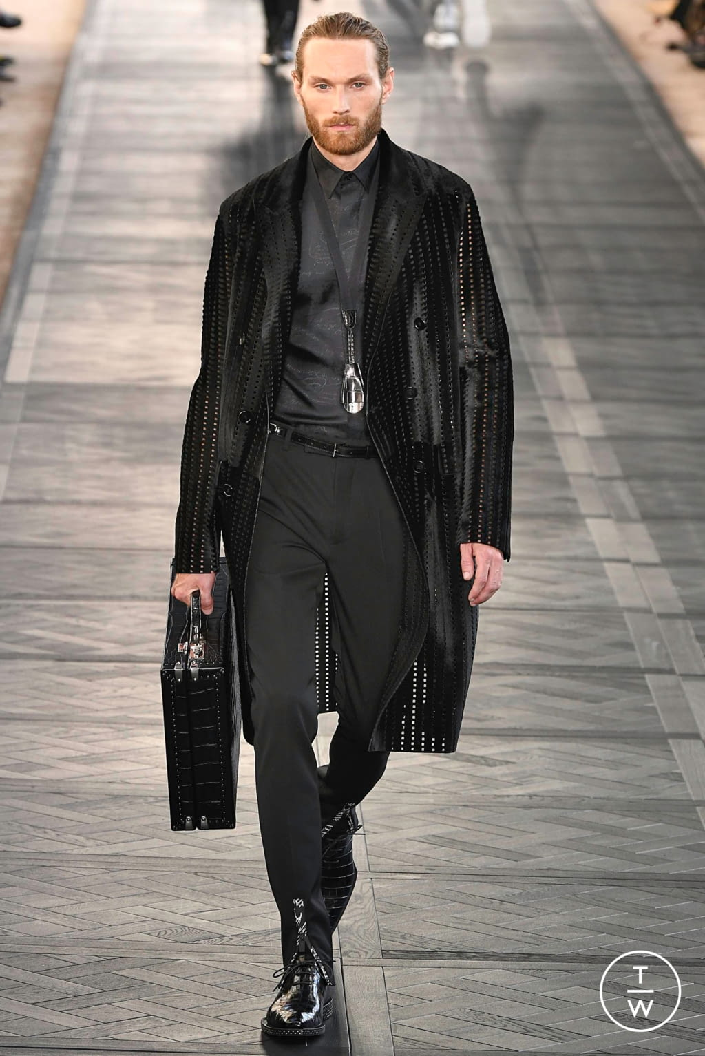Fashion Week Paris Spring/Summer 2020 look 19 from the Berluti collection 男装