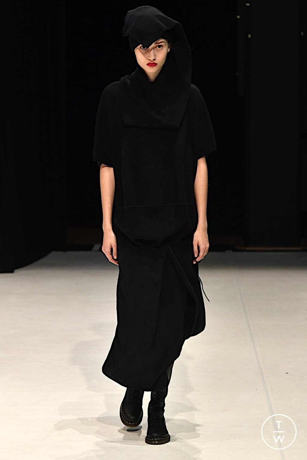 Fashion Week London Fall/Winter 2020 look 2 from the Chalayan collection womenswear