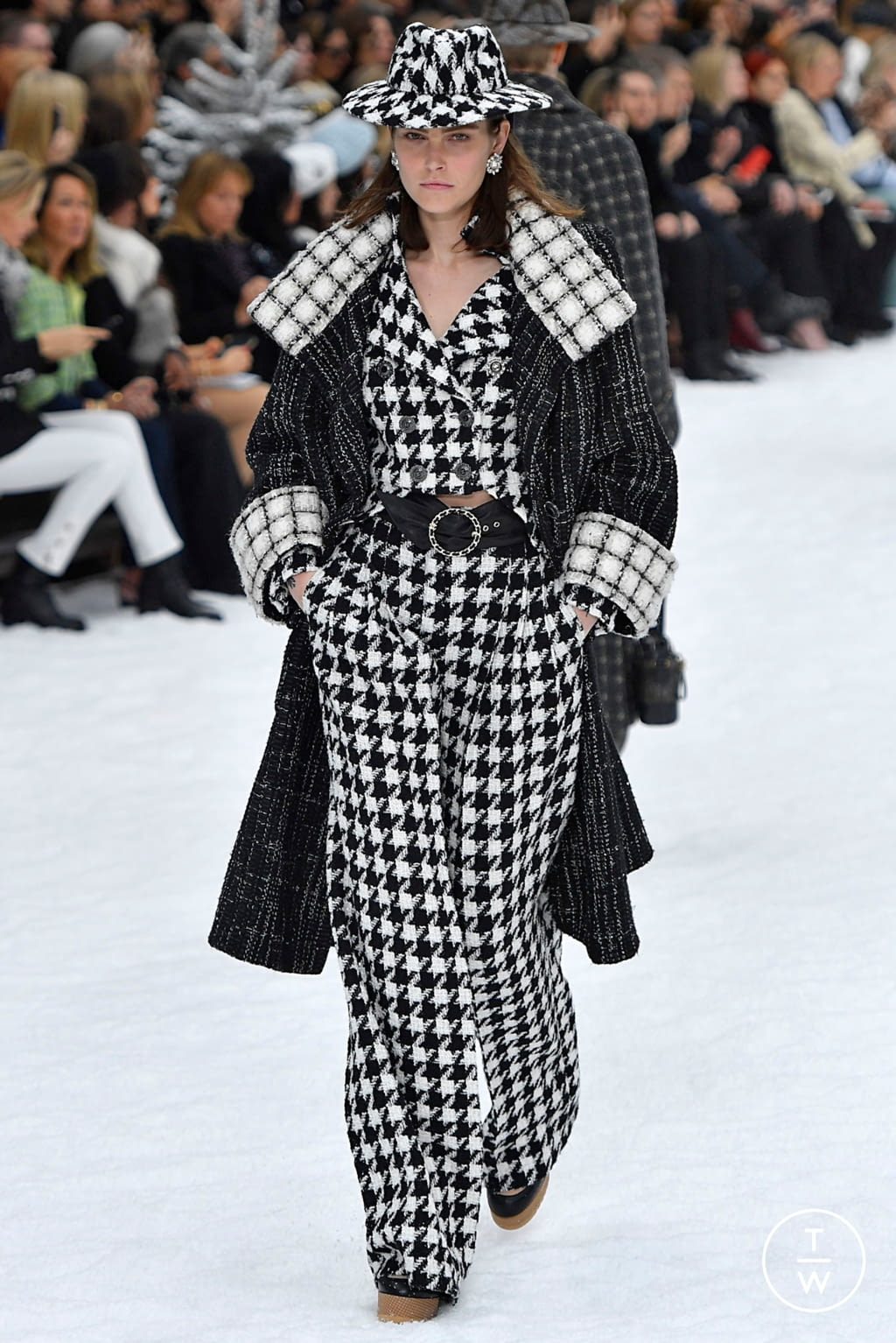 Fashion Week Paris Fall/Winter 2019 look 7 from the Chanel collection womenswear
