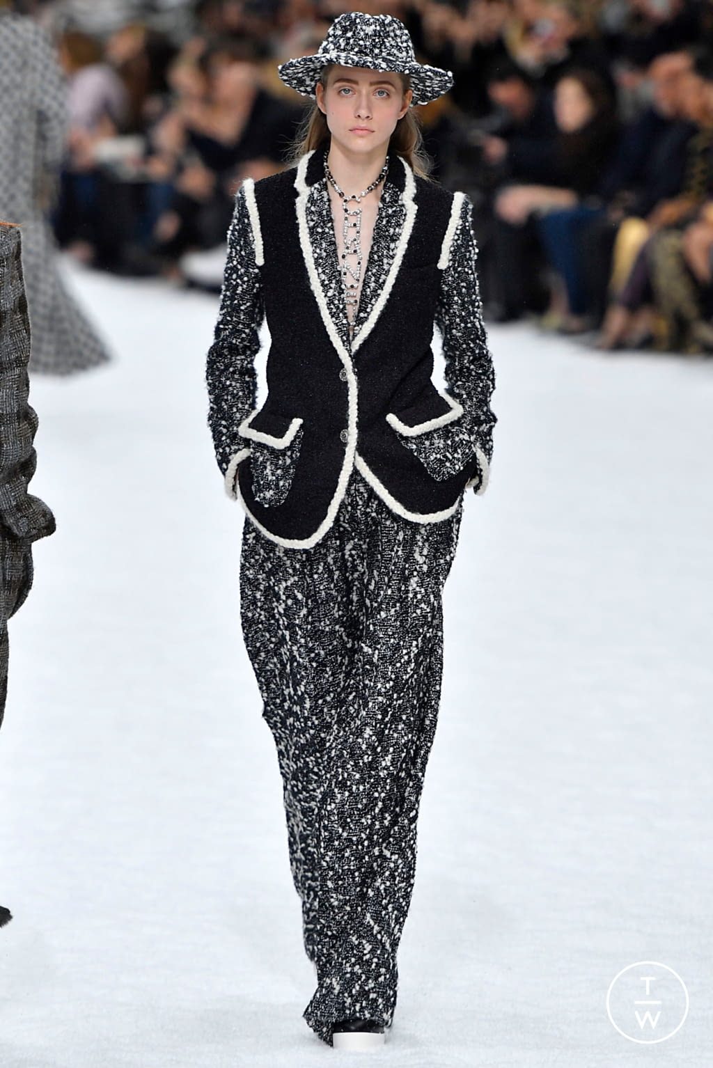 Fashion Week Paris Fall/Winter 2019 look 9 from the Chanel collection womenswear
