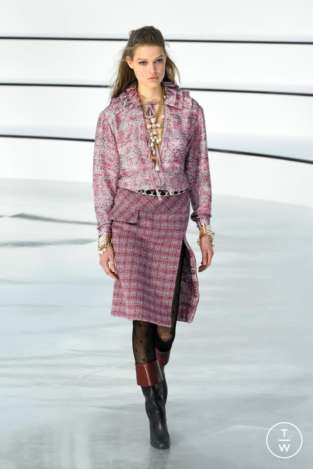 Fashion Week Paris Fall/Winter 2020 look 22 from the Chanel collection womenswear