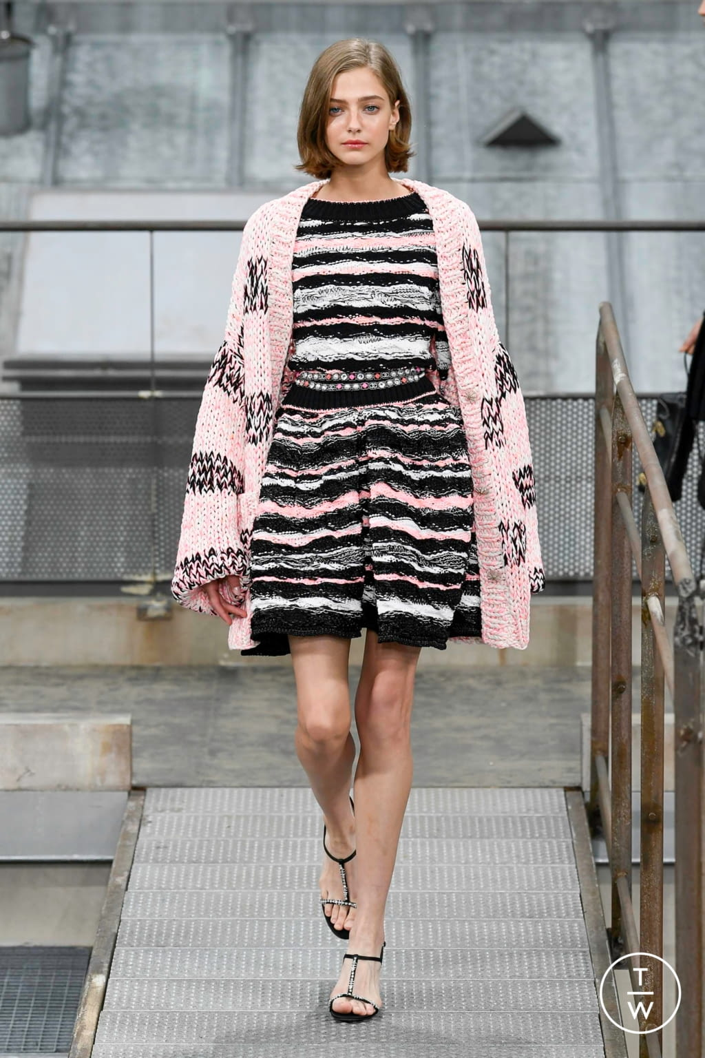 Fashion Week Paris Spring/Summer 2020 look 17 from the Chanel collection womenswear