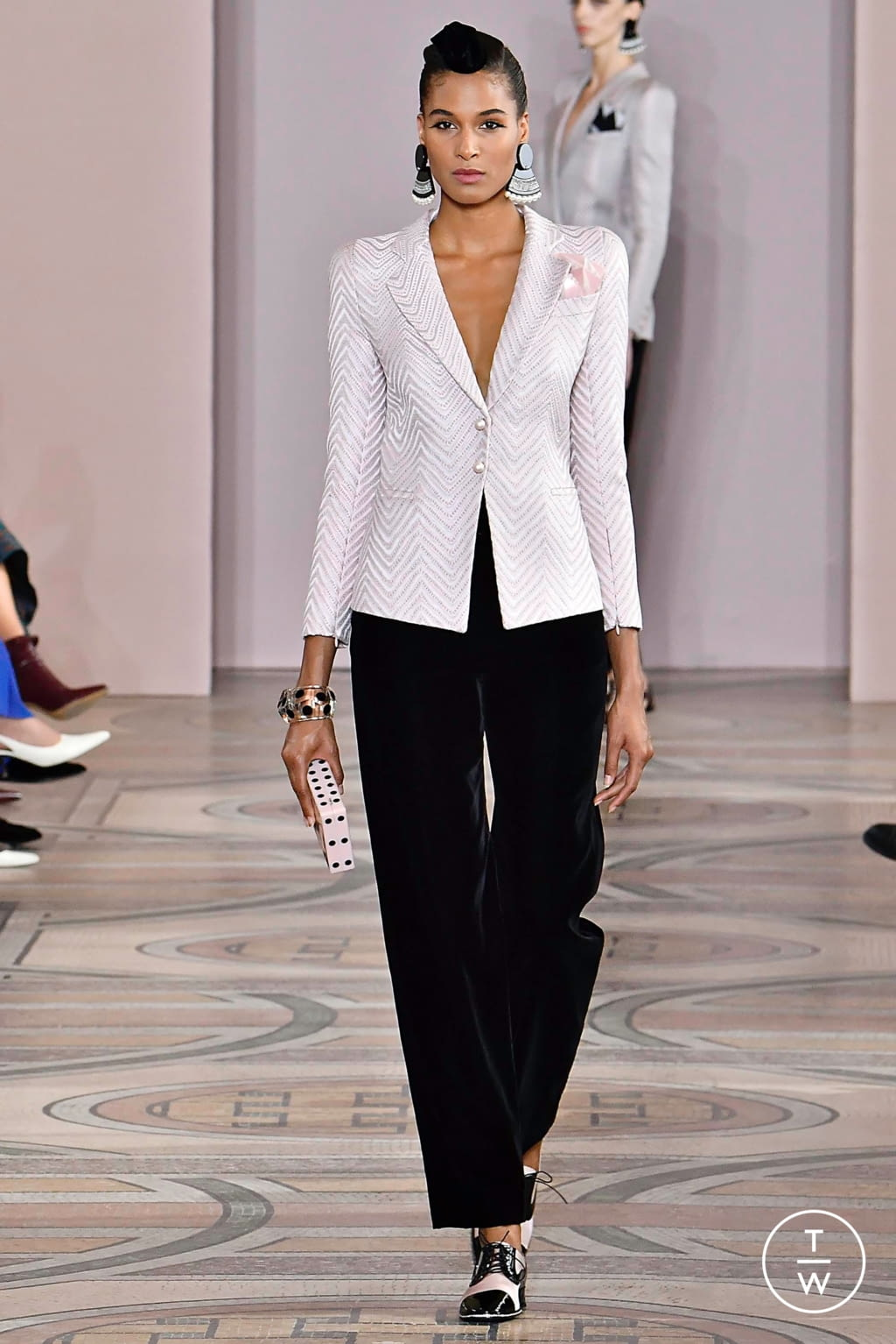 Fashion Week Paris Fall/Winter 2019 look 1 from the Giorgio Armani Privé collection couture