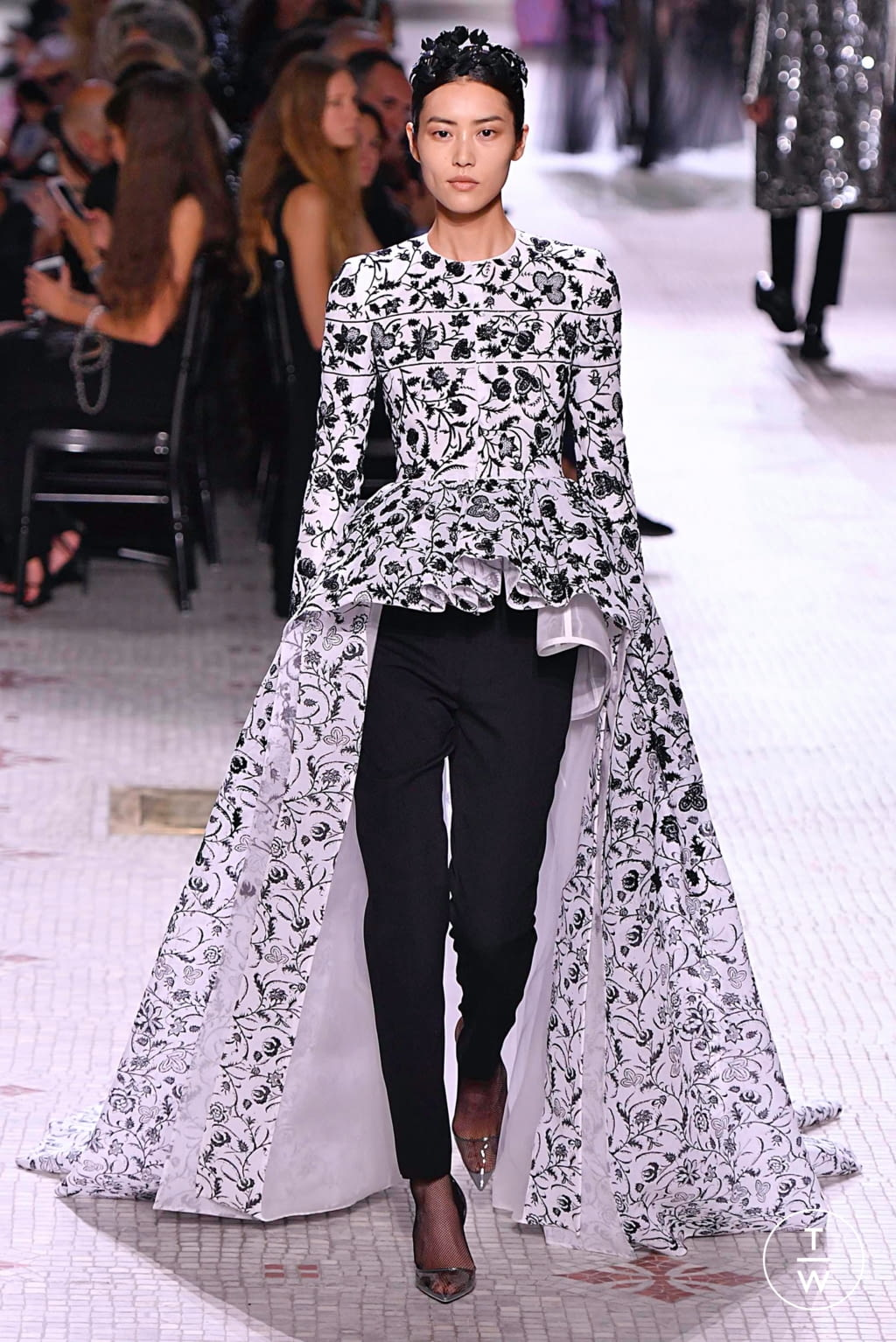 Fashion Week Paris Fall/Winter 2019 look 38 from the Givenchy collection 高级定制