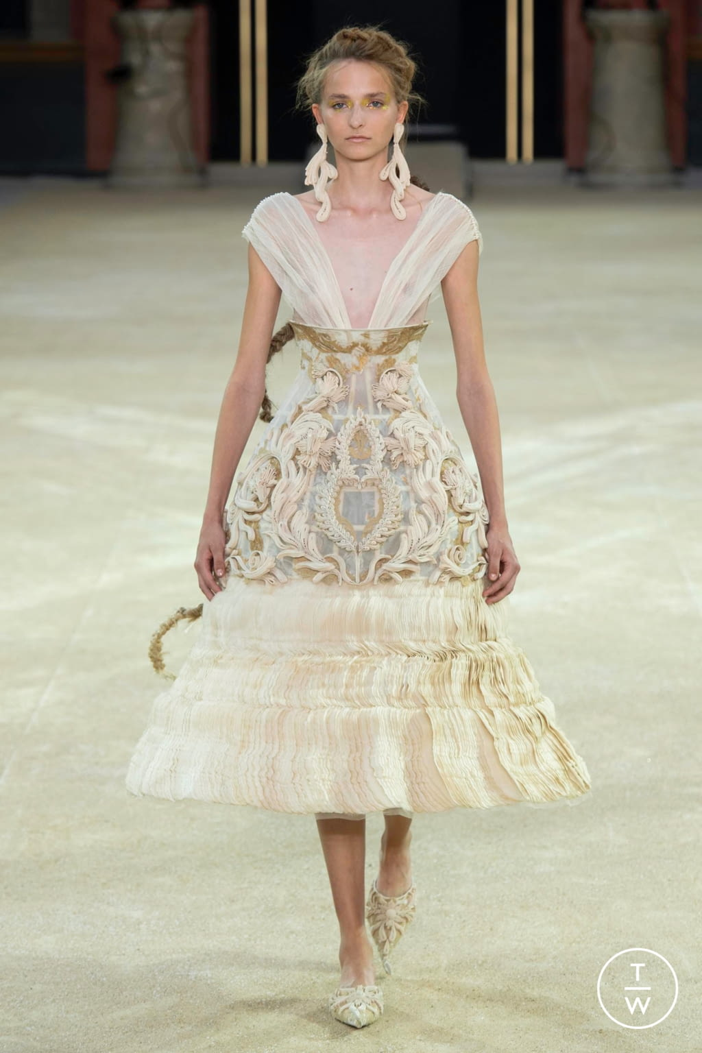 Fashion Week Paris Fall/Winter 2019 look 12 from the Guo Pei collection couture