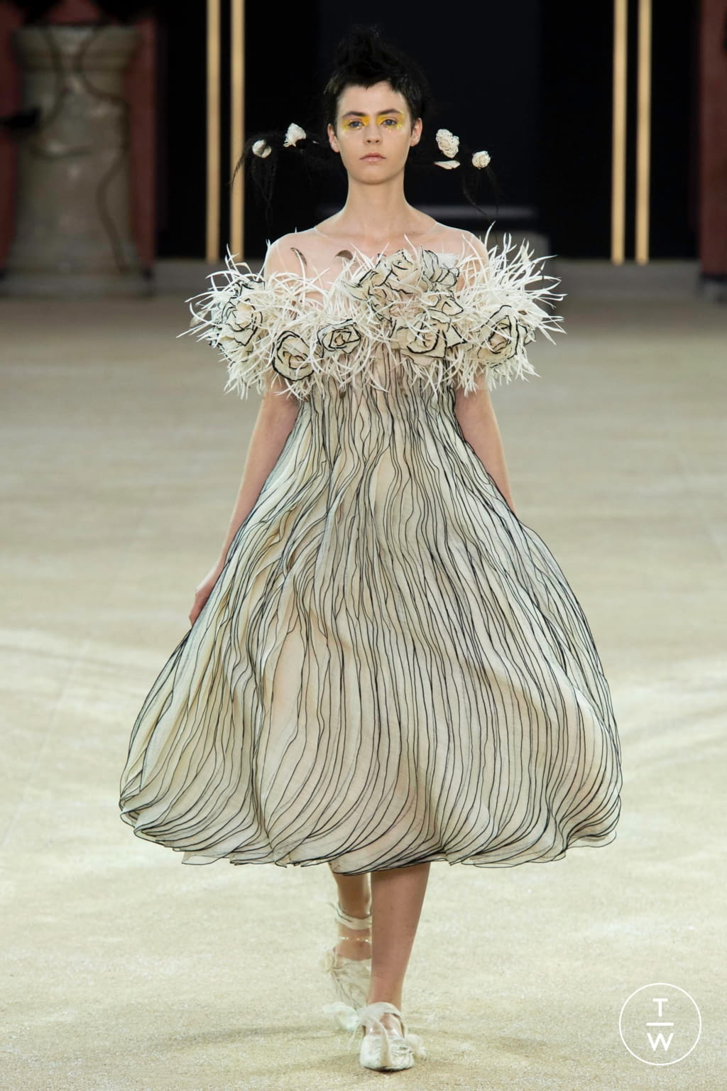 Fashion Week Paris Fall/Winter 2019 look 17 from the Guo Pei collection couture