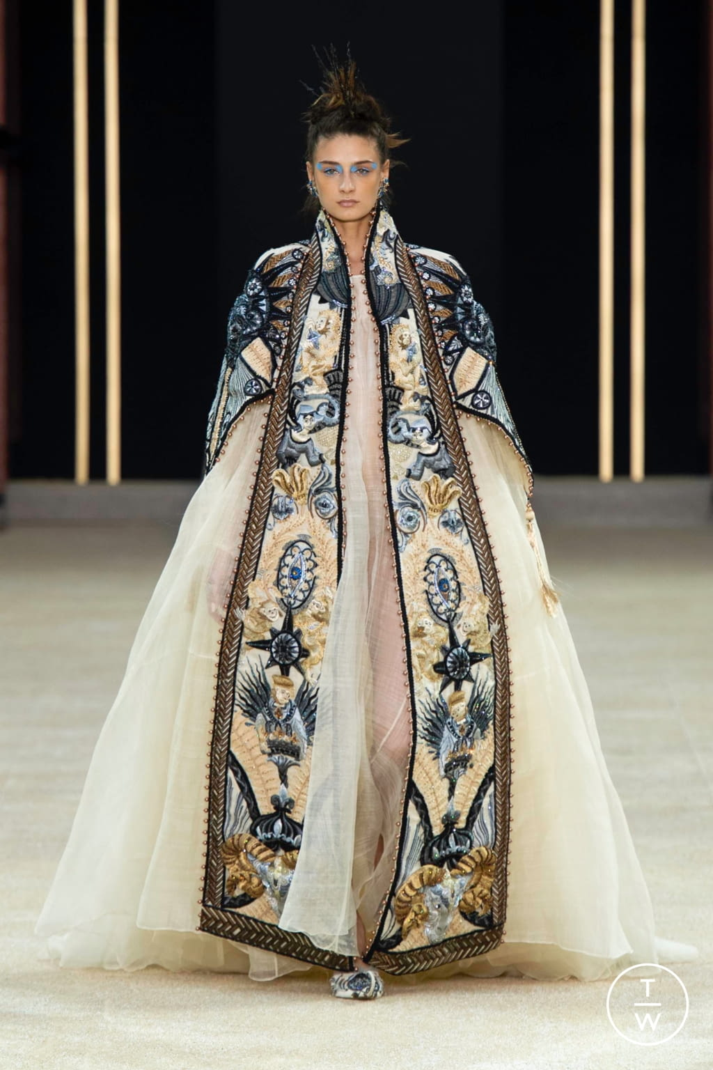 Fashion Week Paris Fall/Winter 2019 look 25 from the Guo Pei collection couture