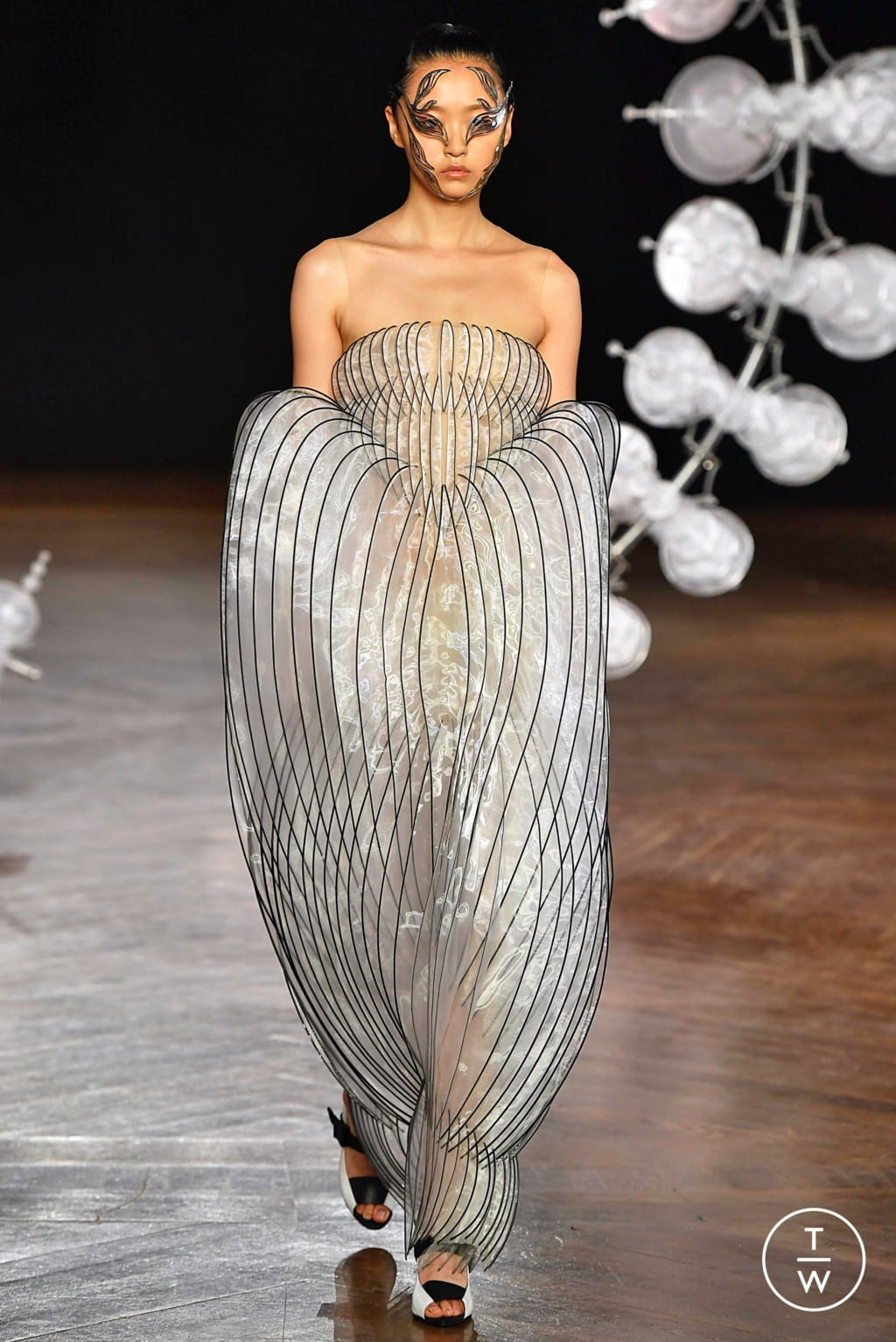Fashion Week Paris Fall/Winter 2019 look 1 from the Iris Van Herpen collection couture