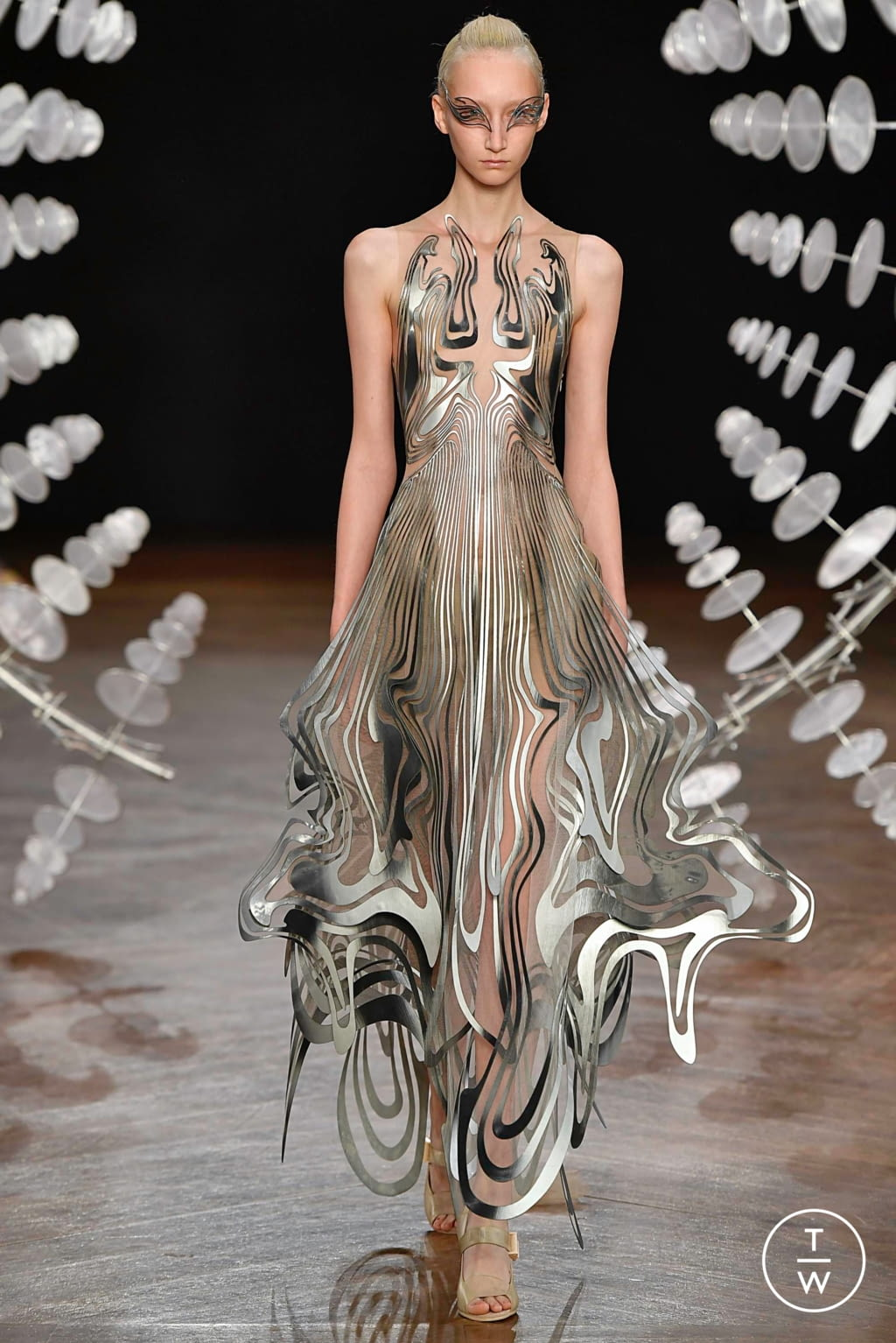 Fashion Week Paris Fall/Winter 2019 look 15 from the Iris Van Herpen collection couture