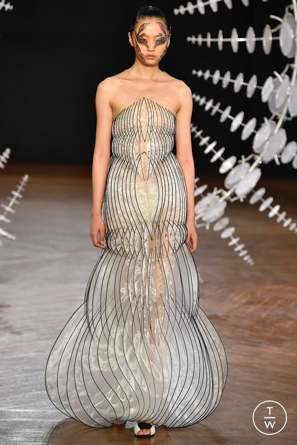 Fashion Week Paris Fall/Winter 2019 look 16 from the Iris Van Herpen collection couture