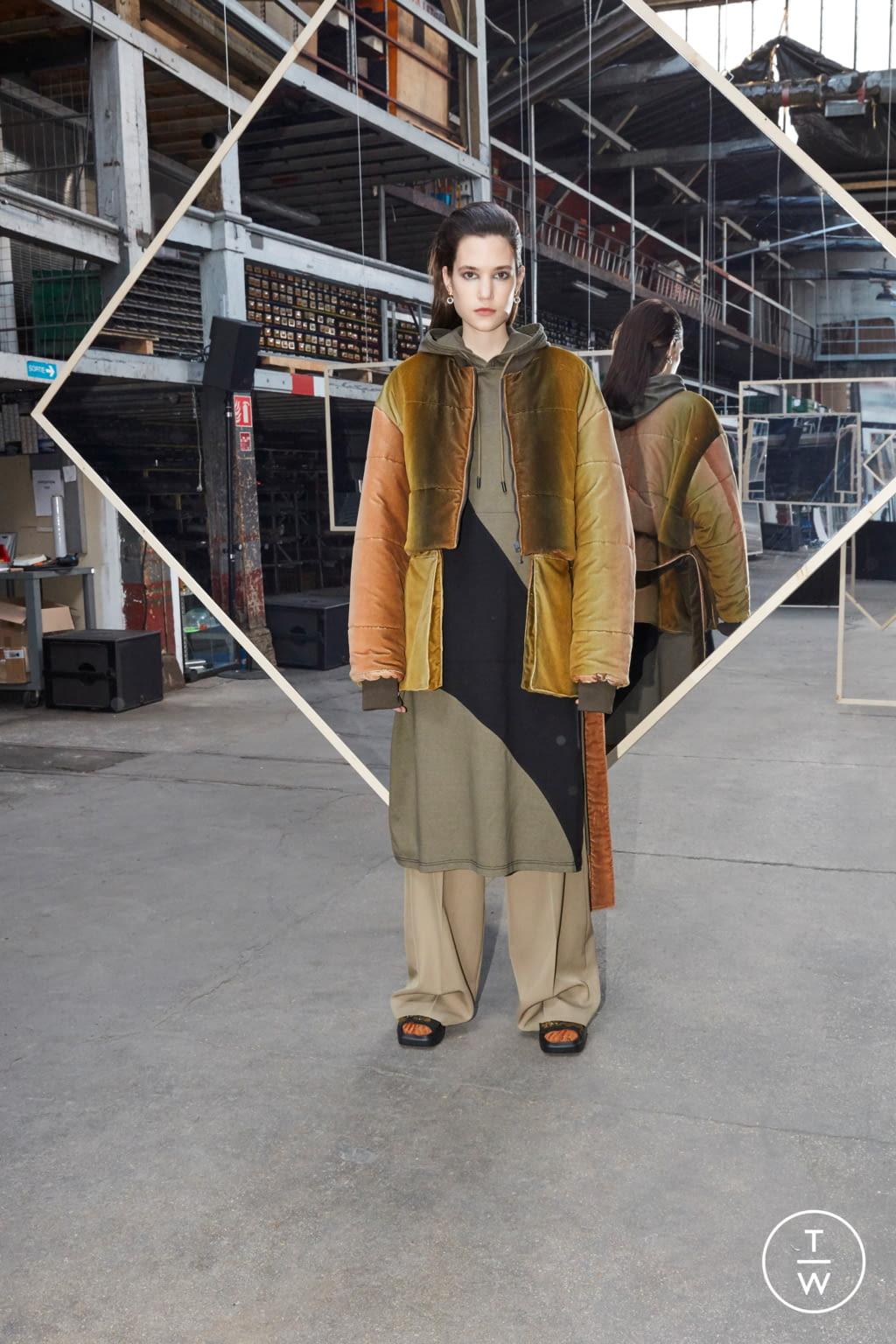 Fashion Week Paris Fall/Winter 2020 look 11 de la collection Maison Kitsuné womenswear