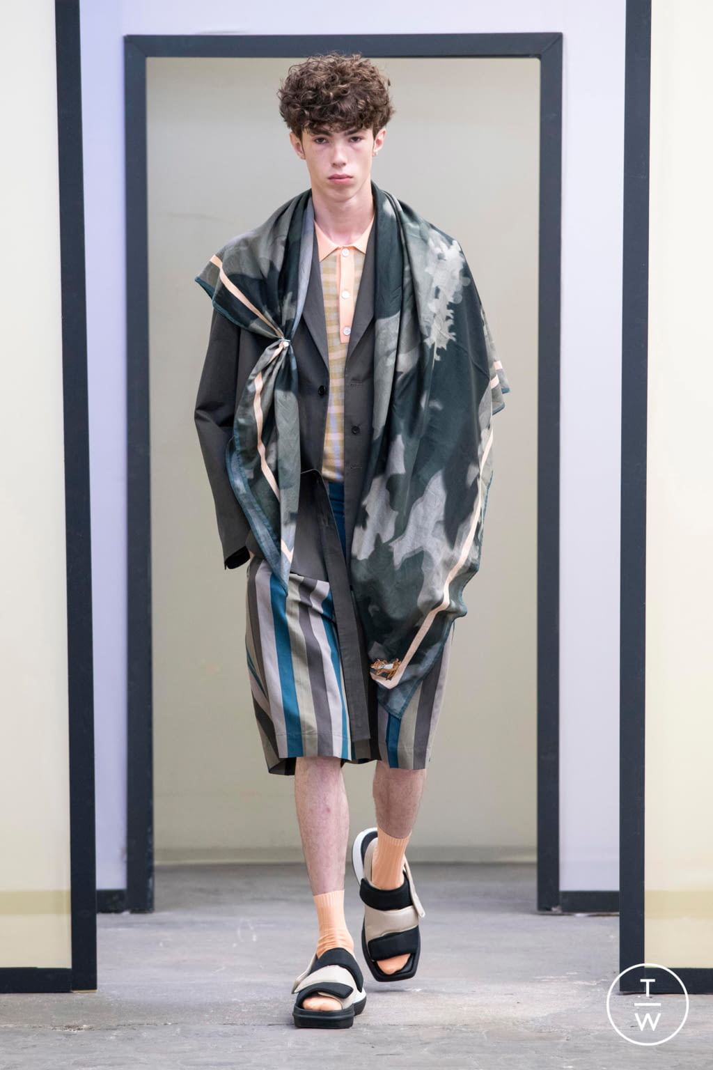 Fashion Week Paris Spring/Summer 2020 look 44 from the Maison Kitsuné collection menswear