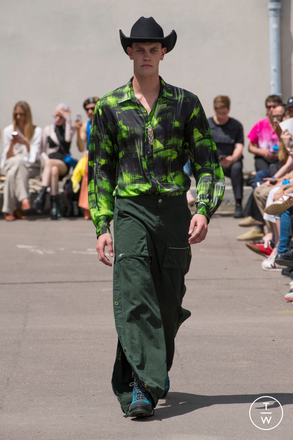 Fashion Week Paris Spring/Summer 2020 look 23 from the PHIPPS collection 男装