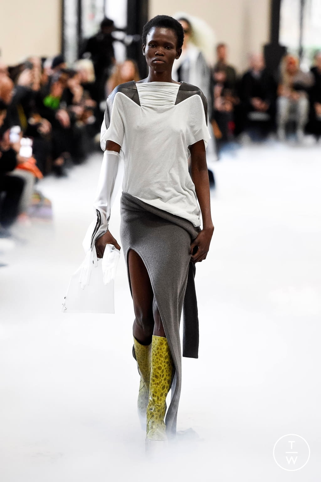 Fashion Week Paris Fall/Winter 2020 look 6 from the Rick Owens collection 女装