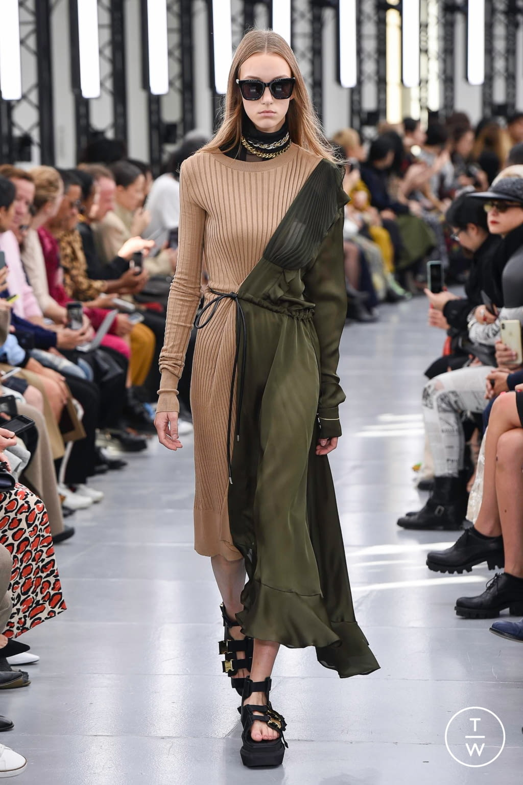 Fashion Week Paris Spring/Summer 2020 look 6 from the Sacai collection womenswear