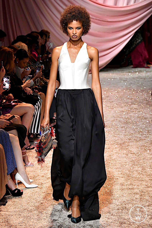 Fashion Week Paris Fall/Winter 2019 look 2 de la collection Ulyana Sergeenko couture