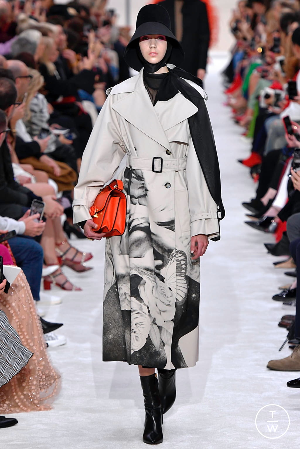 Fashion Week Paris Fall/Winter 2019 look 7 from the Valentino collection womenswear
