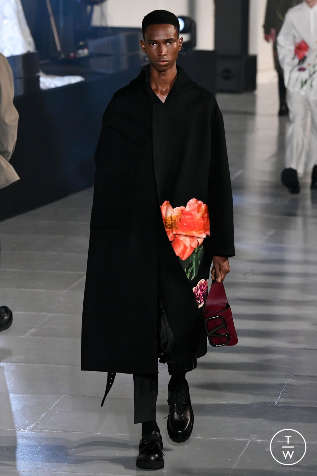 Fashion Week Paris Fall/Winter 2020 look 15 from the Valentino collection menswear