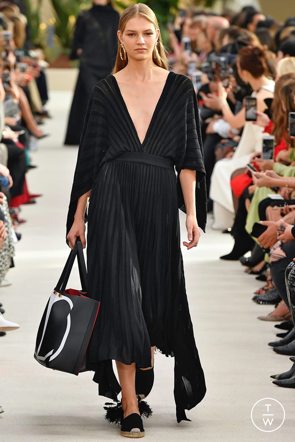 Fashion Week Paris Spring/Summer 2019 look 9 from the Valentino collection womenswear