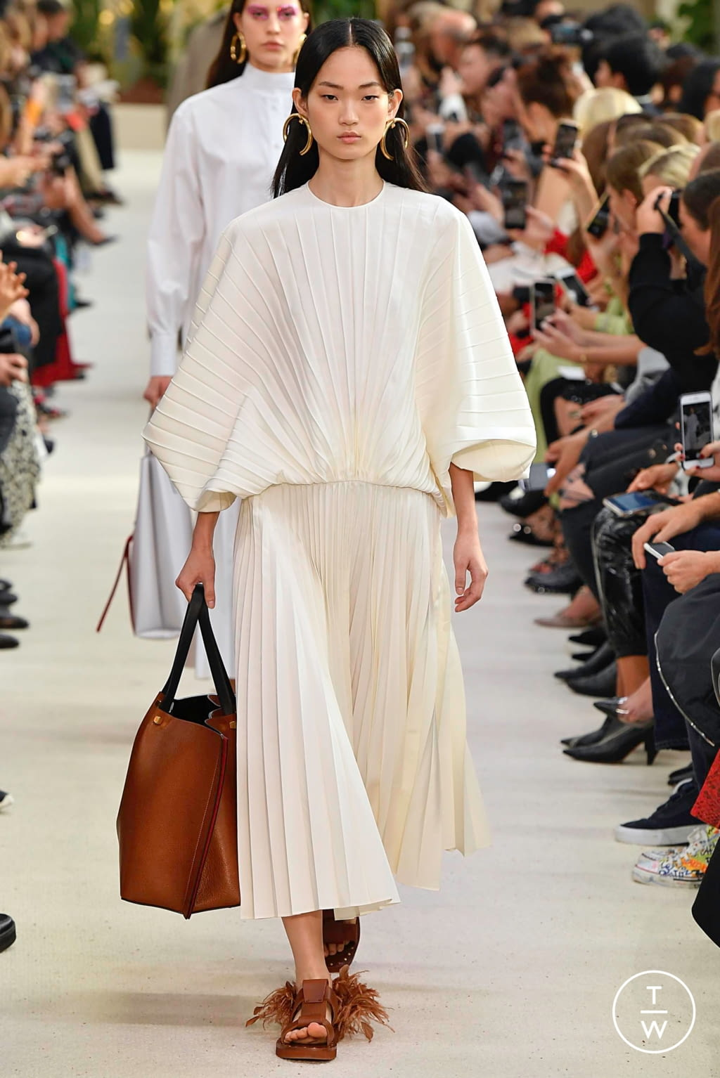 Fashion Week Paris Spring/Summer 2019 look 15 from the Valentino collection womenswear
