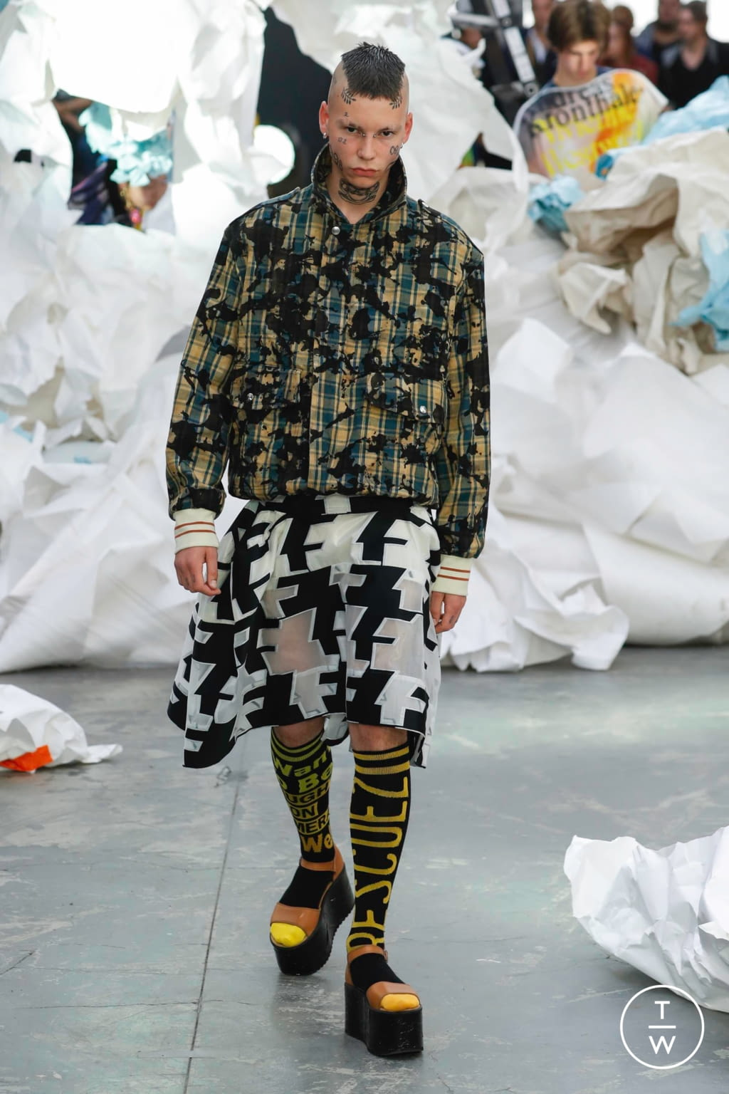 Fashion Week Paris Spring/Summer 2019 look 60 from the Andreas Kronthaler for Vivienne Westwood collection 女装